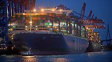 400 Meter lang, 59 Meter breit: Riesenfrachter macht in Hamburg Halt