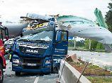Unfall mit Schwertransport: Windradflügel bohrt sich in Lkw-Fahrerhaus