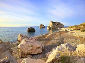 Der Aphrodite-Felsen - hier soll sie dem Meer entstiegen sein.