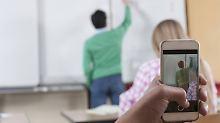 Tagelang unerreichbar: Lehrer darf Schüler Handy wegnehmen