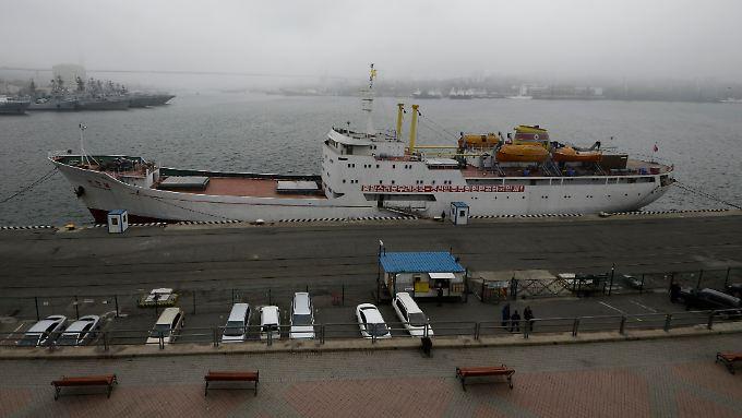 Das Schiff bietet insgesamt Platz für knapp 200 Passagiere, transportiert aber auch Waren.