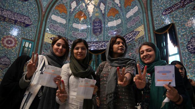 Wer gewählt hat, muss seinen Finger markieren lassen - wie diese Wählerinnen in Teheran.