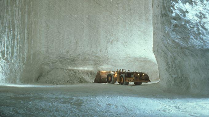 Mit einem Schaufelinhalt von bis zu 20 Tonnen nehmen Lader gelöstes Salz im Grubenbetrieb Bernburg auf und bringen es zu Brecheranlagen.