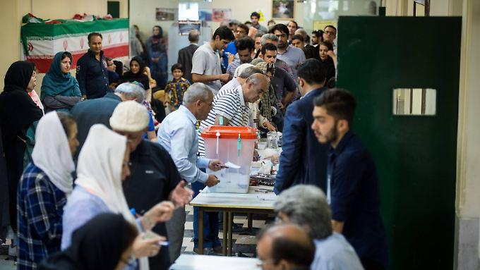 Großer Andrang herrscht in den iranischen Wahllokalen. Zwei Mal hat die Regierung die Öffnungszeiten verlängert.
