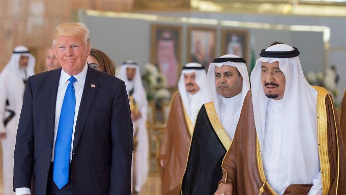 Der saudische König Salman (r.) empfängt US-Präsident Trump in Riad.