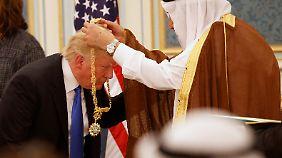 Um eine Medaille zu erhalten, machte Trump einen Knicks.