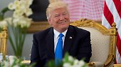 ... Kurz nach seinem Amtsantritt hatte der Republikaner ein Einreiseverbot für Menschen aus überwiegend muslimischen Ländern erlassen. Beim Besuch in Saudi-Arabien ist davon keine Rede.