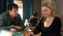 Alexander Bukow (Charly Hübner, li.) im Gespräch mit der Ehefrau (Anna König, re.) des Polizisten Kauschau, der bei einer Auseinandersetzung mit Ultras schwer verletzt wurde.