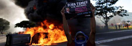 Dieser Demonstrant fordert nicht nur friedlich Temers Rücktritt.