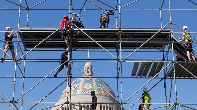 Männer arbeiten vor dem Nationalheiligtum Basilika der Unbefleckten Empfängnis in Washington D.C. (Archivbild).