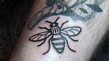 Aus Solidarität mit Terroropfern: Briten lassen sich Bienen-Tattos stechen