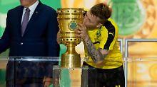 Ein verliebter Kuss für die erste Trophäe - Marco Reus ist jetzt DFB-Pokalsieger.