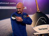 Jetzt ist es offiziell, jetzt kann er es tragen: Alexander Gerst heftet sich das Logo seiner ISS-Mission 2018 an den Ärmel.