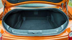Tief wie der Marianengraben ist der Kofferraum des Nissan GT-R für den, der ihn be- und entladen muss.