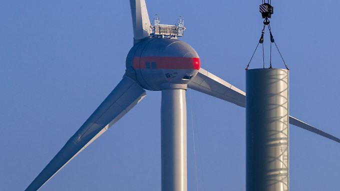 Noch wird hier aufgebaut: ein Windrad bei Tribsees in Mecklenburg-Vorpommern.