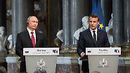 Während Macron sprach, wirkte Putin gelegentlich wie Trump bei öffentlichen Auftritten, wenn er nicht im Mittelpunkt steht – leicht gelangweilt und ein wenig unruhig.
