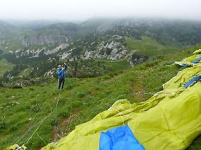 Der Abflug mit dem Gleitschirm ist wegen der Wetterbedingungen gar nicht so leicht. Mike Küng versucht, eine geeignete Position zu finden.