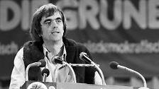 """In den 80er Jahren war er Mitbegründer der Tageszeitung """"taz"""", bevor er 1985 für die Grünen erstmals in den Bundestag kam. Der Parteilinke war 1990/1991 sogar Sprecher der Partei."""