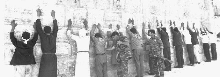 1967 werden etwa Viertelmillionen Palästinenser aus den besetzten Gebieten vertrieben. Wer bleibt, muss mit Wartezeiten an Checkpoints und Versorgungsengpässen leben. Immer wieder flammen Kämpfe auf.