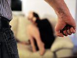 Mehr als 100.000 Frauen erleiden bundesweit jedes Jahr Gewalt in Partnerschaften.