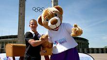 Hier posiert der Botschafter: Fabian Hambüchen, links, vor dem Berliner Olympiastadion.