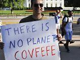 """Ein Gegner des Austritts aus dem Pariser Klimaabkommen demonstriert mit einem Plakat, das auf Trumps """"covfefe""""-Tweet anspielt."""