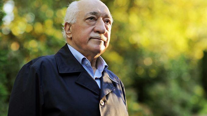 Gülen lebt seit 1999 in den USA. Die Türkei macht ihn für den Putschversuch vom 15. Juli 2016 verantwortlich.