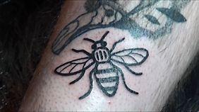 Viele Menschen haben sich nach dem Anschlag in Manchester das Bienen-Symbol tätowieren lassen.