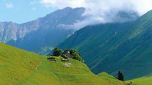 """""""Es ist die Schönheit, die abgründig und überall ringsum erschütternde Schönheit"""", schrieb Boris Pasternak 1932 über Georgien. Das Foto zeigt das Skigebiet Gudauri im Sommer."""