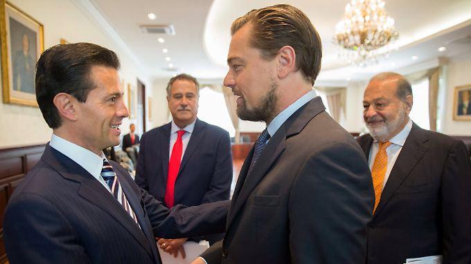 Handschlag für den Artenschutz: Der mexikanische Präsident Peña Nieto sagt DiCaprio seine Hilfe zu - Milliardär Carlos Slim (r.) findet's klasse.