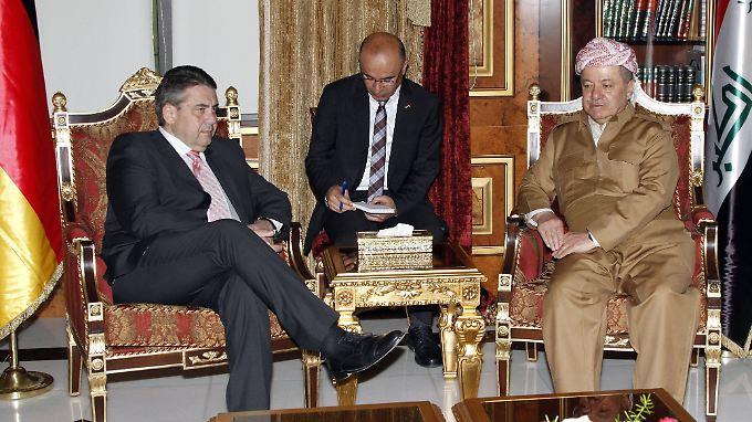 In Erbil halt Barzani bereits seit Jahren Hof wie ein Staatsmann - hier bei einem Gespräch mit dem deutschen Außenminister Gabriel im April.