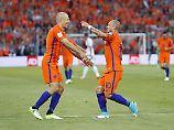 Wesley Sneijder (r.) feiert mit Arjen Robben das 1:0 der Niederländer.