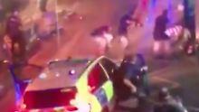 Eine Überwachungskamera zeichnete auf, wie Polizisten einen der Attentäter umstellen.