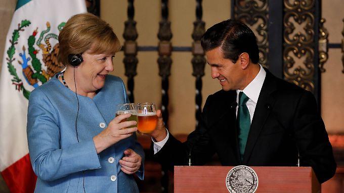 Anstoßen auf gute Beziehungen; Angela Merkel und der mexikanische Präsident Enrique Pena Nieto.