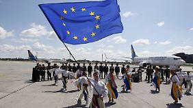 Ukrainische Tänzer am Flughafen Kiew-Boryspil.