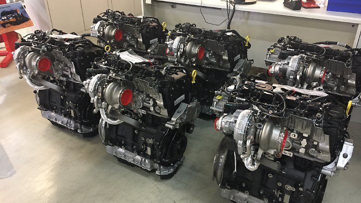Die 2.0 Liter Vierzylinder stammen aus der Serie und erhalten in Martorell ihre Leistungssteigerung auf 350 PS.