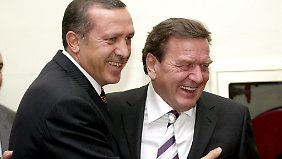 Waren einst Buddys: Recep Tayyip Erdoğan (l.) und Gerhard Schröder.