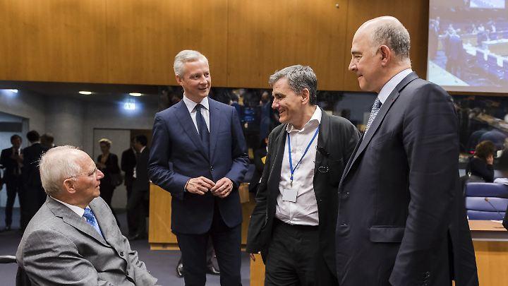 Bundesfinanzminister Schäuble (links) mit dem EU-Kommissar für Wirtschaft Moscovici (rechts) und seinen Amtskollegen Tsakalotos (2. von rechts) aus Griechenland und Le Maire aus Frankreich.