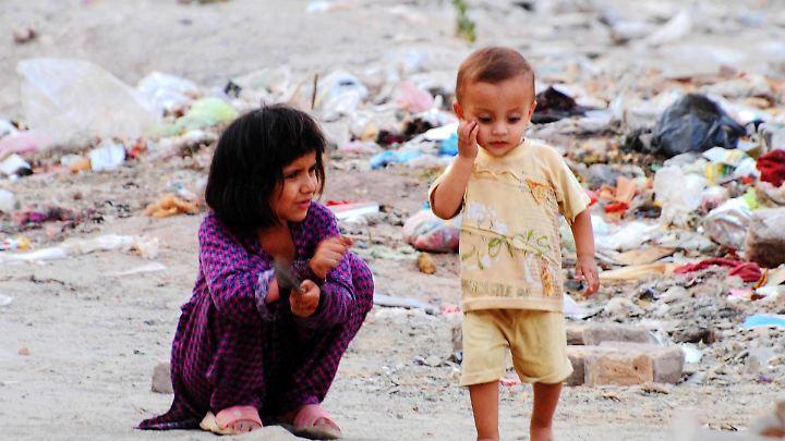 Afghanische Flüchtlingskinder spielen in einem Slum im Nordwestens Pakistans.