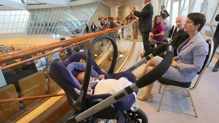 Frauke Petry mit Nachwuchs im Landtag von NRW - zu Besuch. Dort ist ihr Mann Abgeordneter.