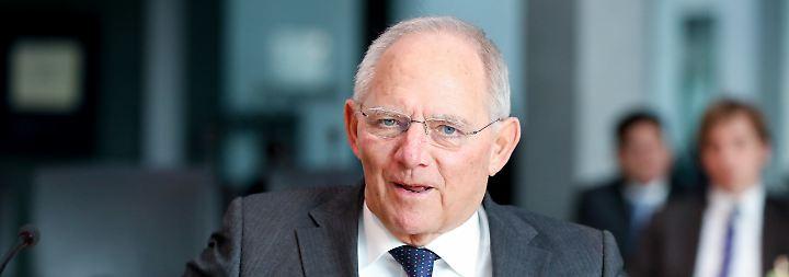 Obwohl Beamte in Schäubles Ministerium informiert waren, will keiner am größten Steuerraub aller Zeiten Schuld sein.
