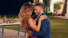 Domenico tanzt mit der Bachelorette - und bekommt eine Rose.