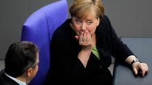 Kanzlerin Merkel von der CDU und Außenminister Gabriel von der SPD ein paar Stunden vor der Abstimmung im Bundestag.