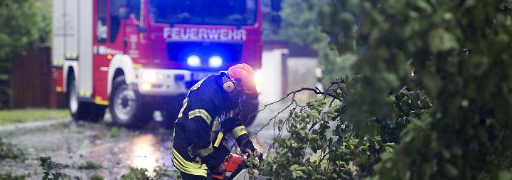 Mann von Baum erschlagen: Unwetter fegen über Norddeutschland hinweg