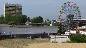 Hotels und ein Riesenrad am Strand von Slantschew Brjag.