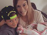 Damian freut sich mit Stiefmama Estevana über Baby Jesslynn.