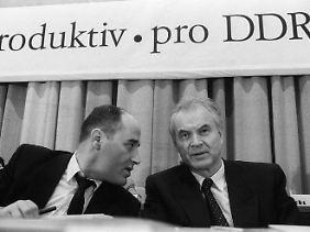 Modrow und Gregor Gysi auf dem 1. PDS-Parteitag im Februar 1990 in Ost-Berlin.