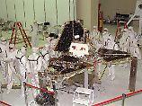 """Hier noch in der Montagehalle: """"Pathfinder"""" hatte den Rover """"Sojourner"""" an Bord."""