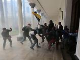 Venezuelas Parlament gestürmt: Maduro-Schläger verletzen viele Abgeordnete
