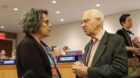Xanthe Hall (l.) ist Abrüstungsexpertin der Internationalen Ärzte für die Verhütung des Atomkrieges (IPPNW) und hat die Atomwaffenverbotsverhandlungen in New York begleitet.